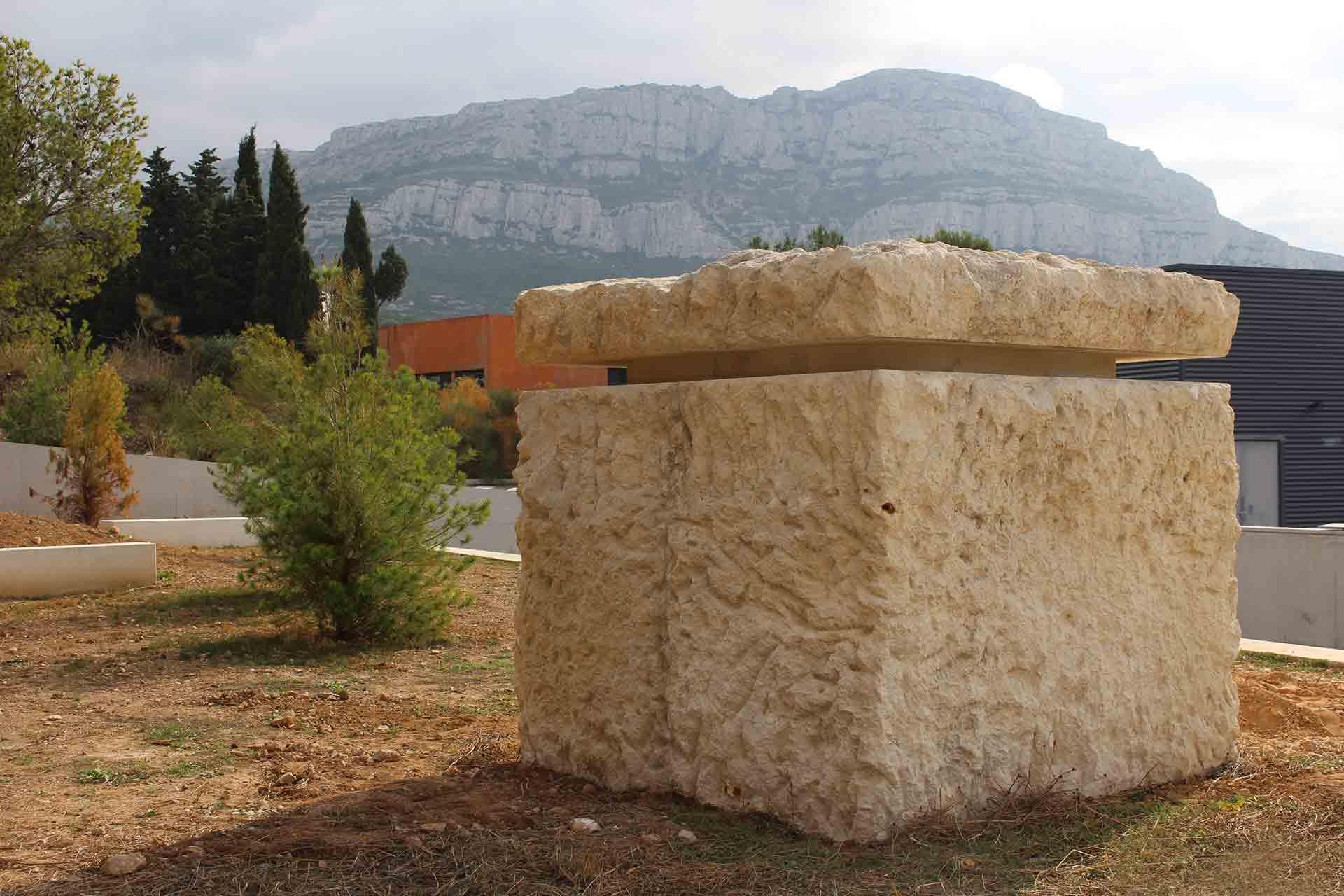 Sculpture rocher à Marseille, bloc de verre réalisé par Maitre Verrier Olivier Juteau