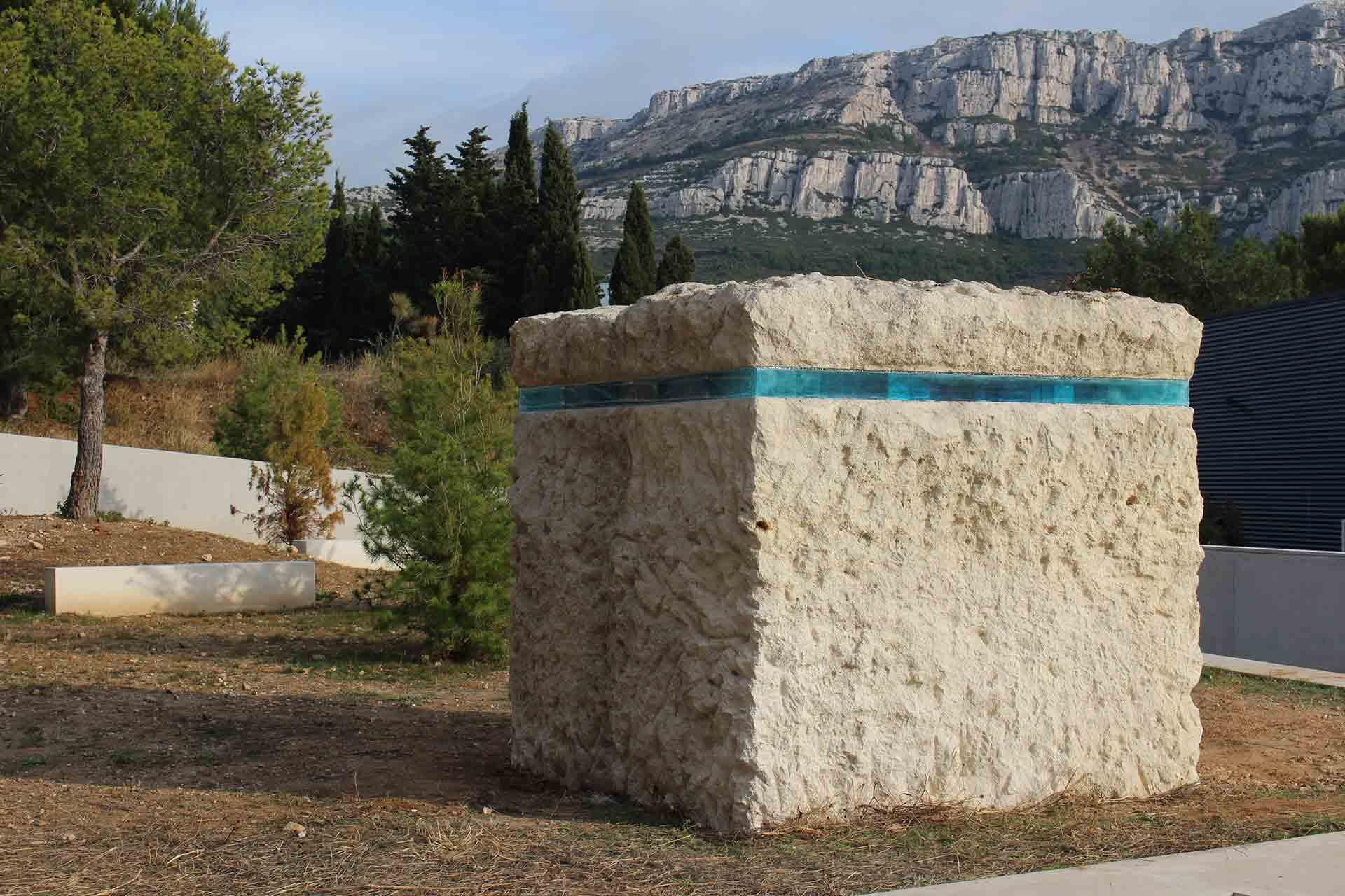 Blocs de verre pour incrustation dans la roche d'une sculpture à Marseille Maitre Verrier Olivier Juteau