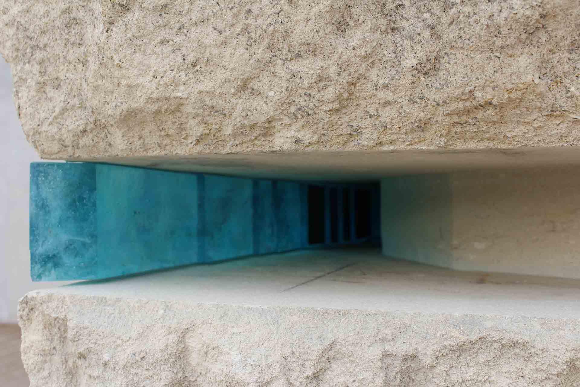 Bloc de verre bleu cyan pour une sculpture rocher à Marseille