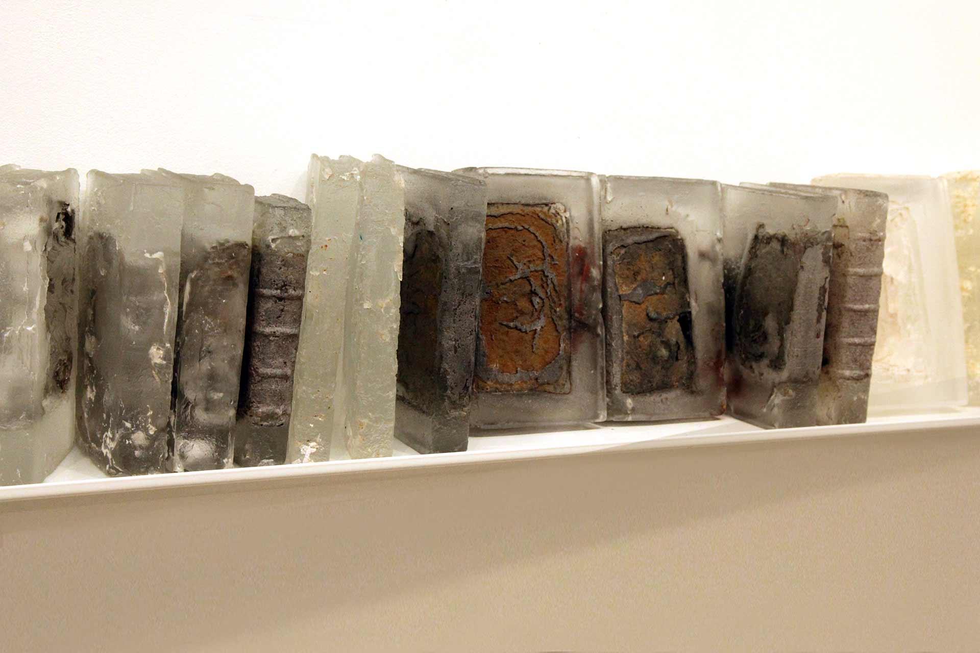 Livres de bibiliothèque en verre pour Pascal Convert par Olivier Juteau Maitre Verrier