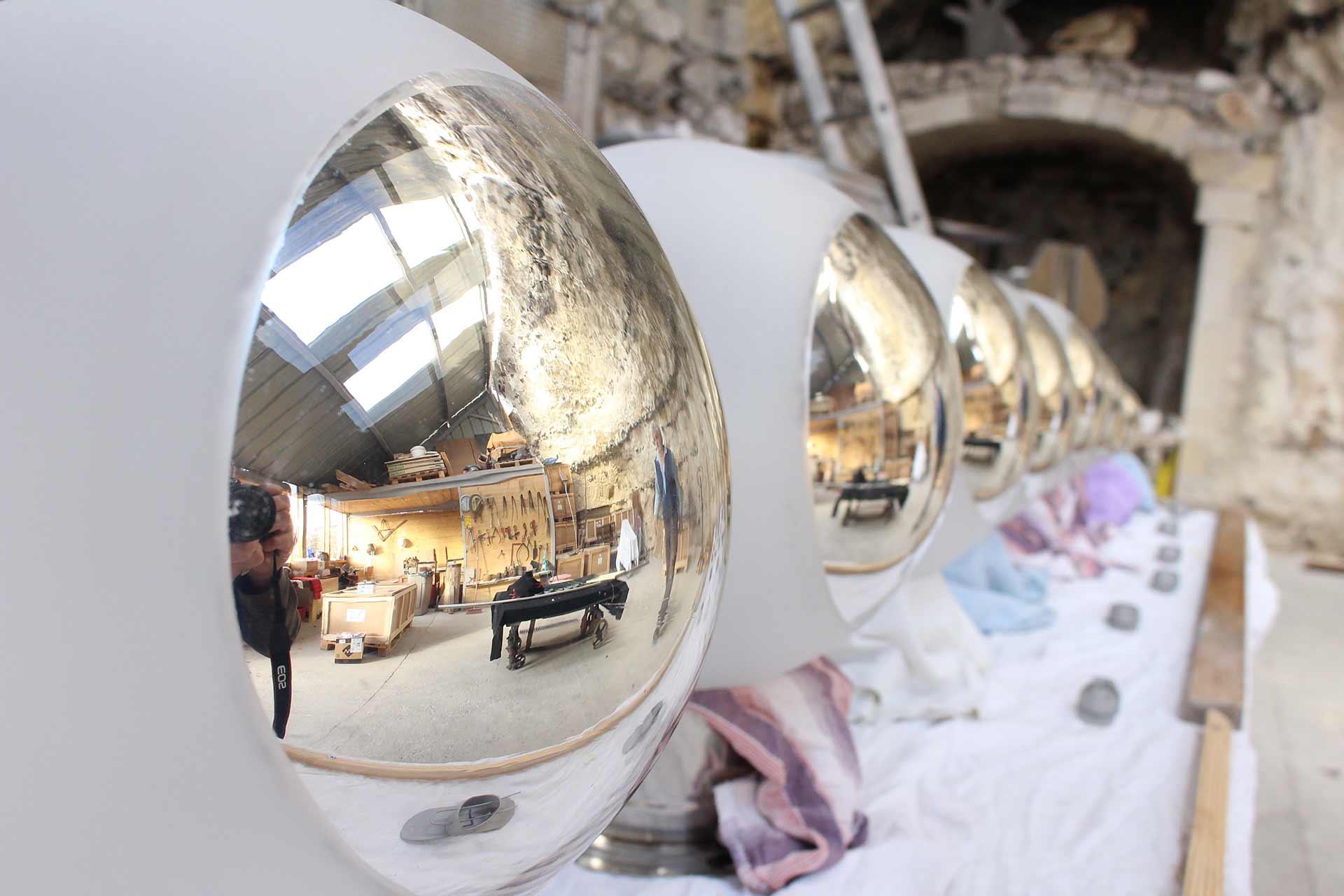 Lustres à partie en verre bombé blanc et opaque du Hall d'entrée de Jaeger-LeCoultre Paris. Réalisation Olivier Juteau Mître Verrier