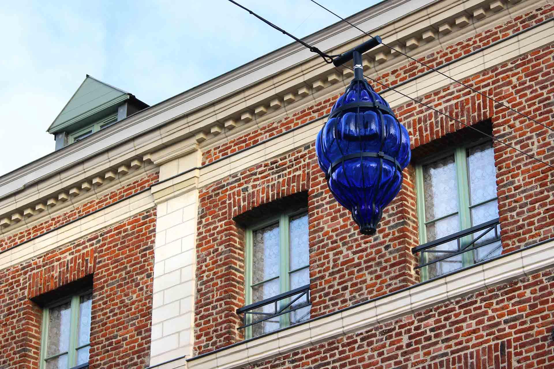 Lanternes en verre bleu nuit de la ville de Valenciennes réalisation par Olivier Juteau Maître Verrier