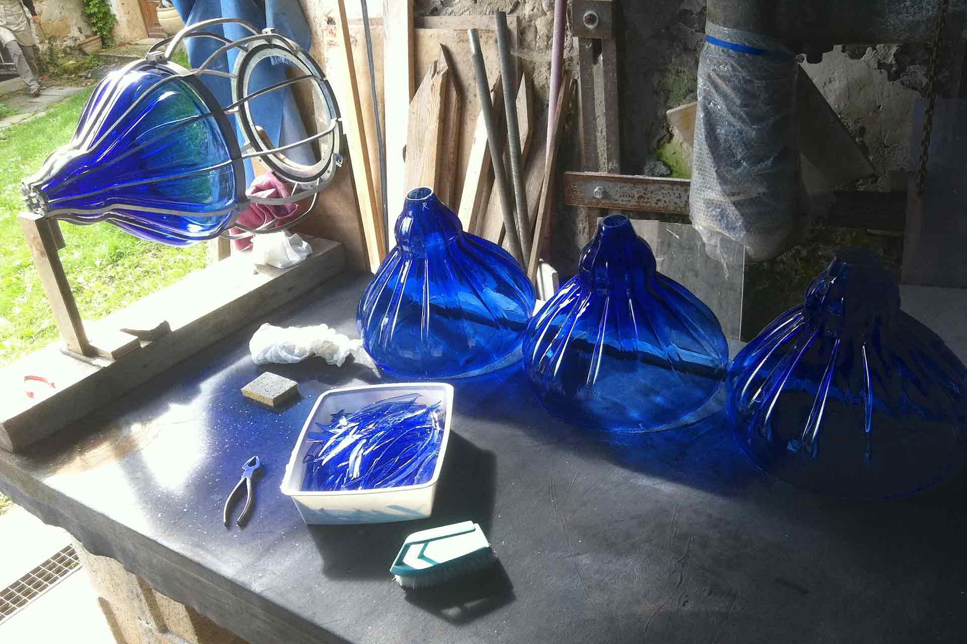 Lanternes en verre bleu nuit de Valenciennes réalisation par Olivier Juteau Maître Verrier
