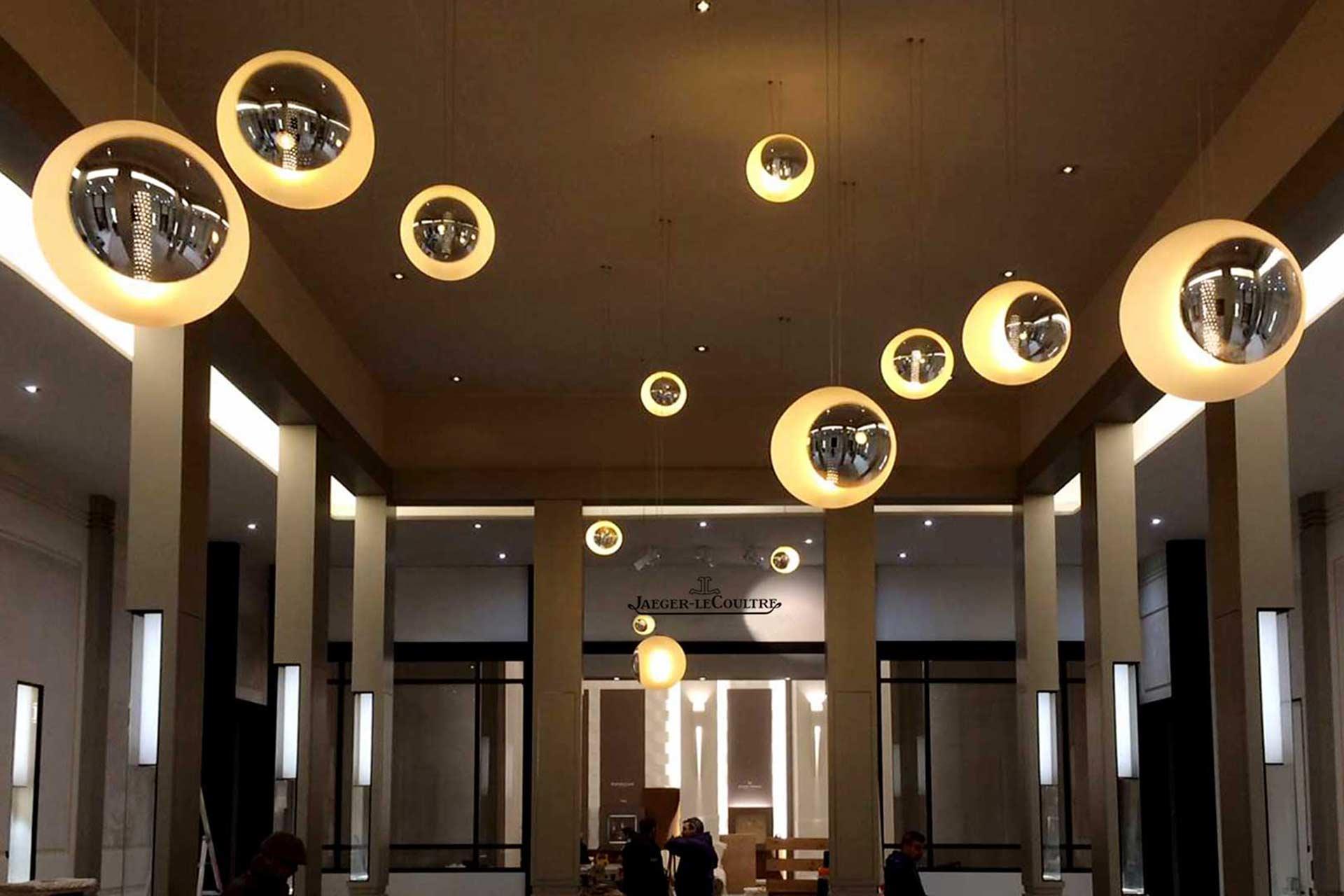 Fabrication des parties en verre poli des lustres du Hall d'entrée de Jaeger-LeCoultre Paris. Réalisation par le Maître Verrier Olivier Juteau