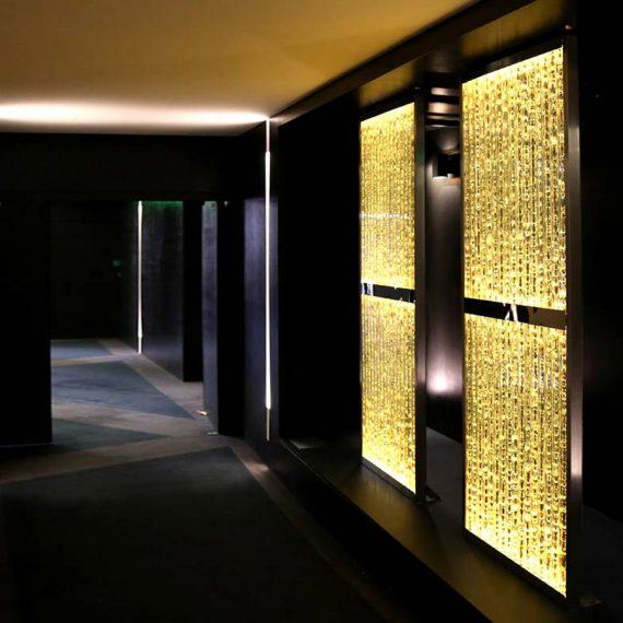 Paroie murale lumineuse en bandeaux de verre écaillé réalisation Olivier Juteau Maître Verrier