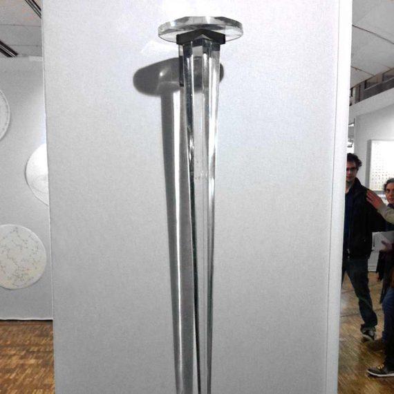 Sculpture d'un clou en verre géant réalisé pour Yazid Oulab par la Maitre Verrier Olivier Juteau