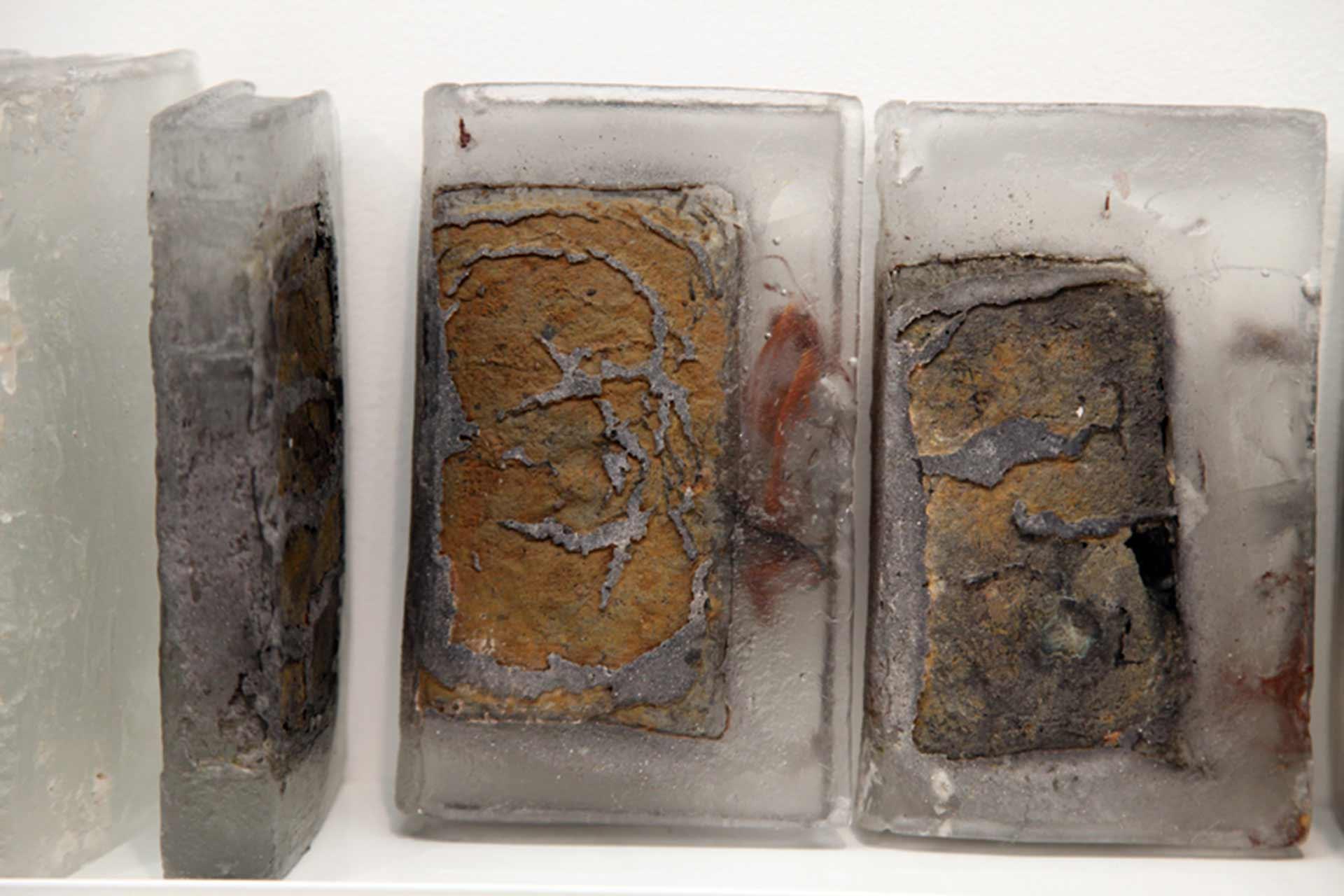 Création de Livres de bibiliothèque en verre avec incrustation de matières pour Pascal Convert par Olivier Juteau Maitre Verrier