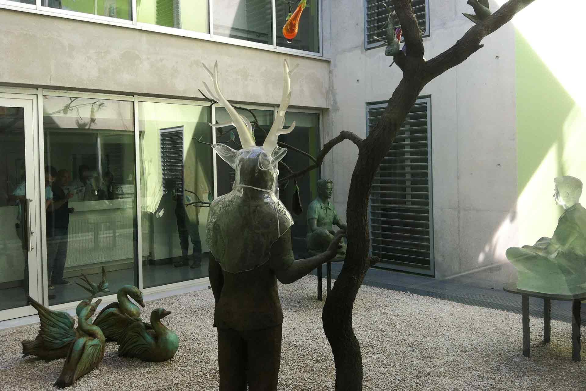 Sculpture masque buste en verre assis en tailleur Montpellier Olivier Kuteau Maitre Verrier