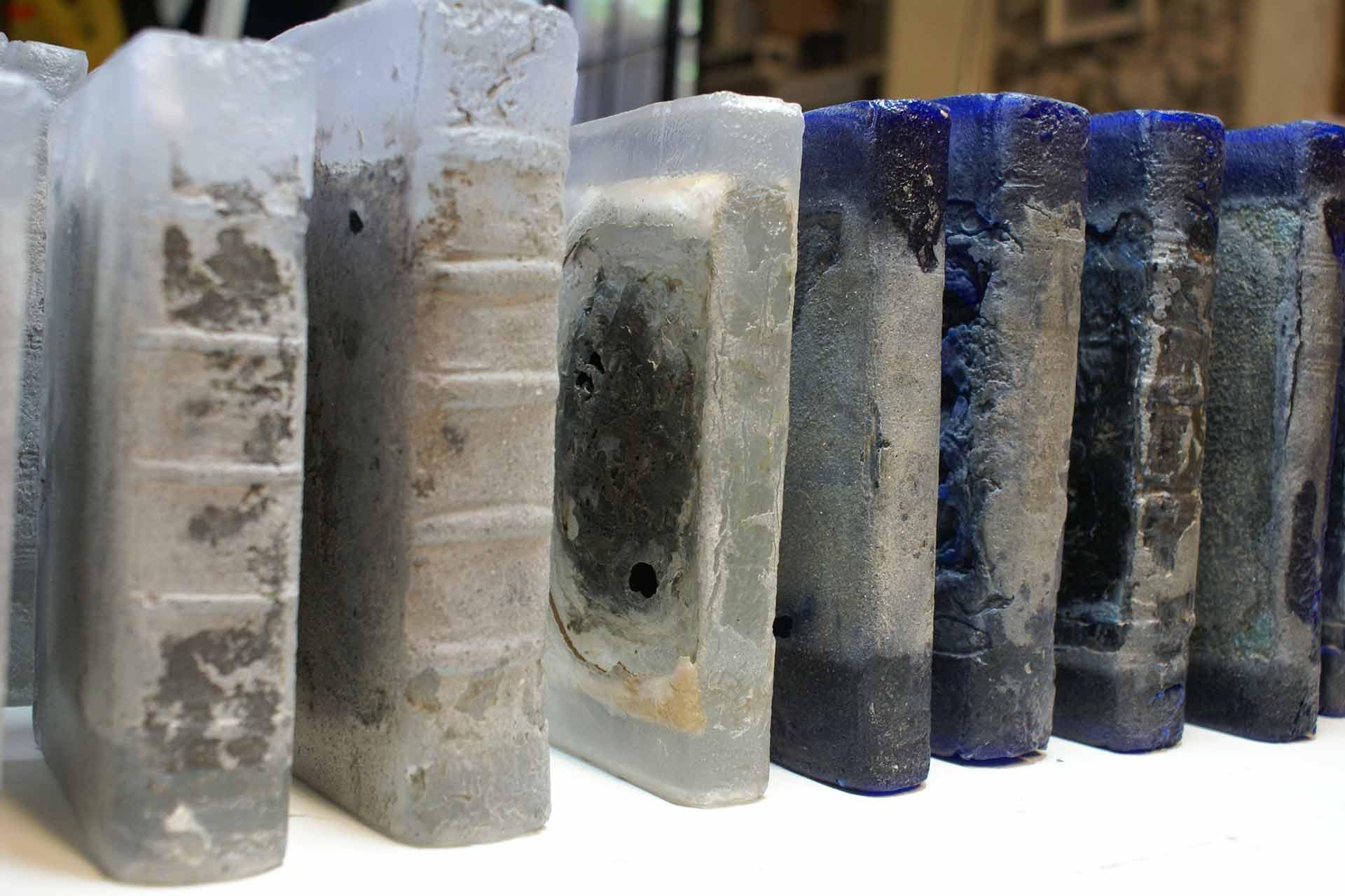 sculpture de livres en verre pour pascal convert par olivier juteau verrier. Black Bedroom Furniture Sets. Home Design Ideas