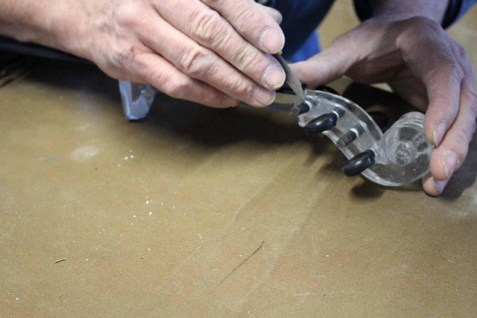 Fabrication de la sculpture en verre d'un violon Stradivarius par le Maitre Verrier Olivier Juteau