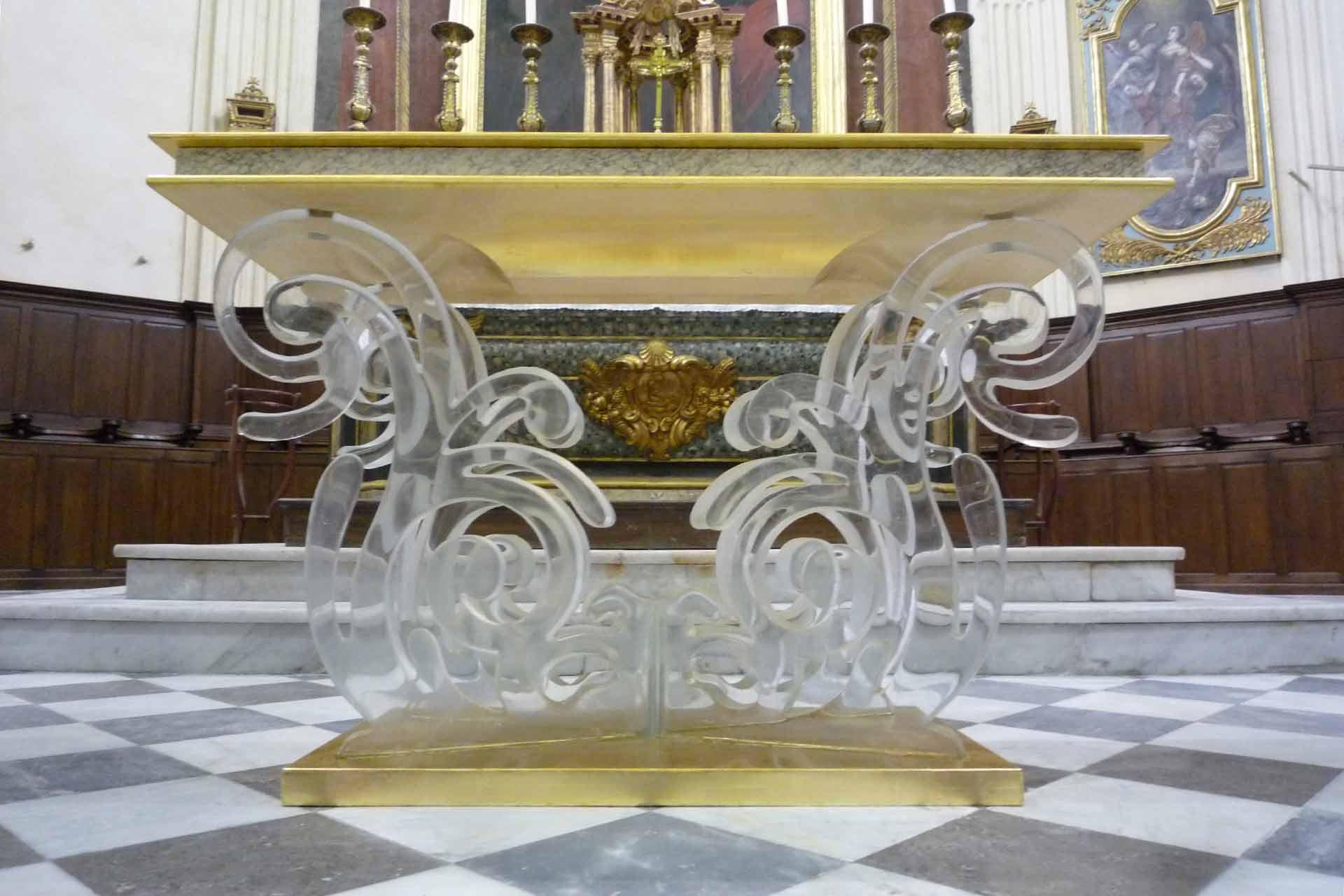 Vue de face de l'autel en cristal de la paroisse de Martigues Maître Verrier Olivier Juteau