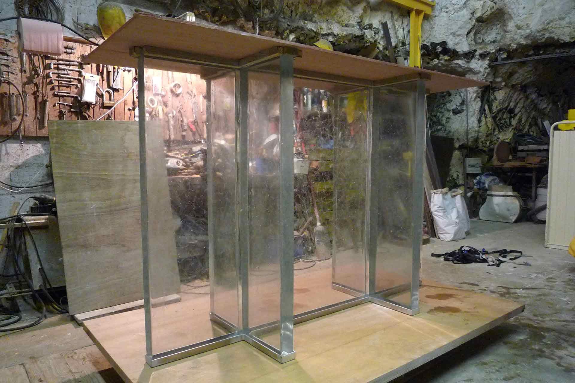 Verrier fabricant de meuble support en verre de la châsse de l'église de Saint Jean-Baptiste de Bourbourg réalisé par le Maître Verrier Olivier Juteau