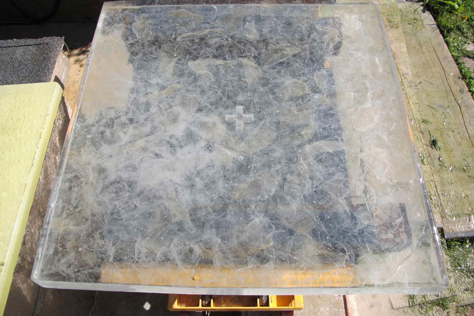 Artiste Verrier fabrication d'une table d'autel en cristal fusionné pour L'Oratoire de Sainte Bernadette à Lourdes. Design de David Pons.
