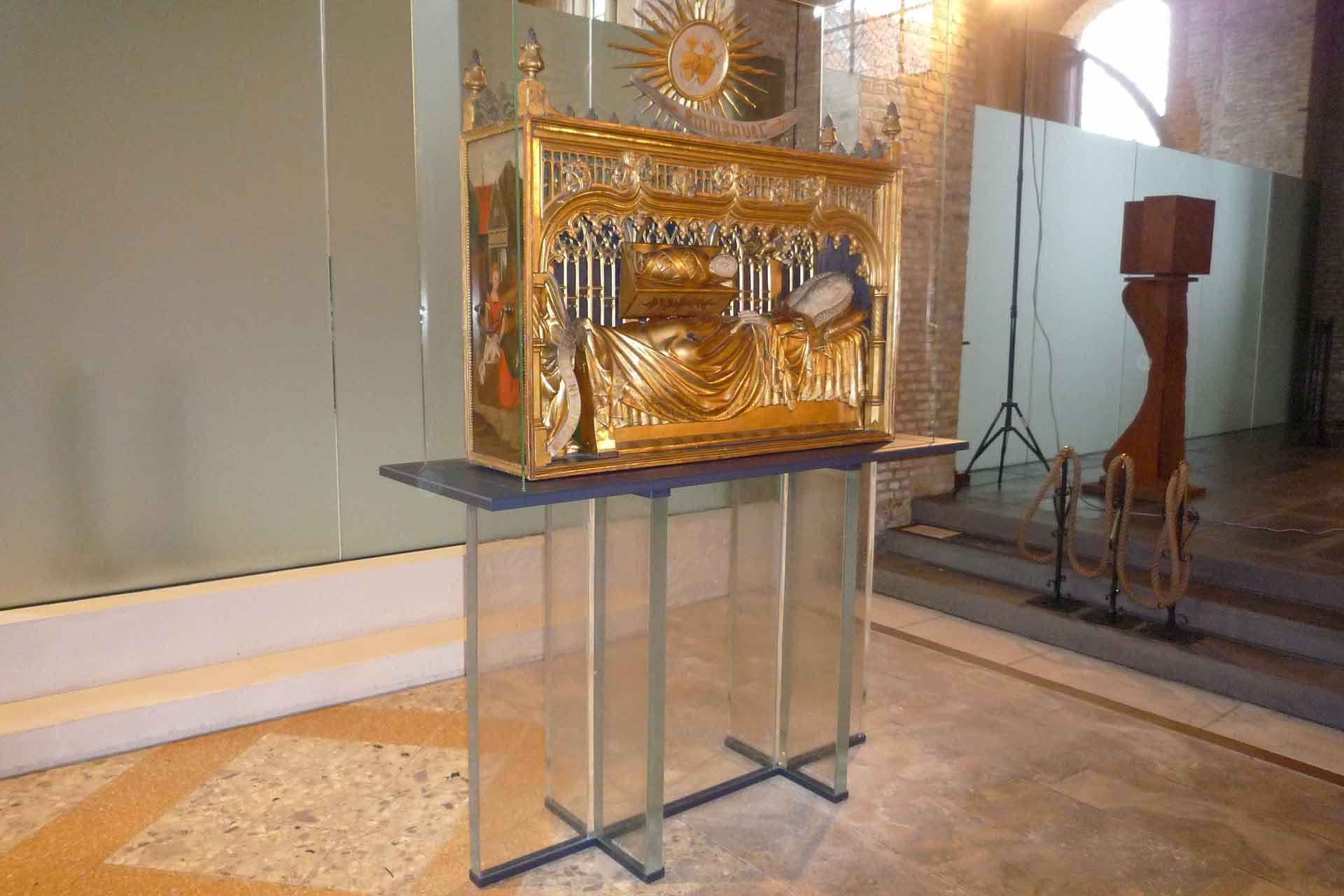 Meuble support en verre de la châsse de l'église de Saint Jean-Baptiste de Bourbourg réalisé par le Maître Verrier Olivier Juteau