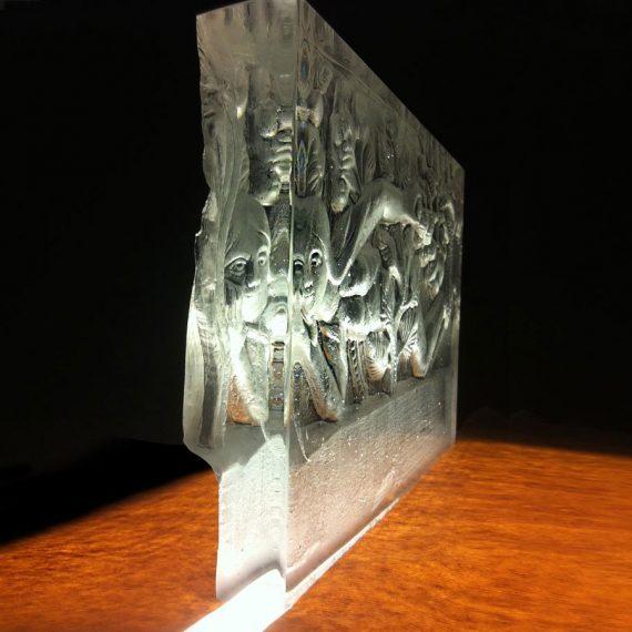 Dalle de verre sculptée d'Eve en bas relief en creux par Olivier Juteau Maitre Verrier
